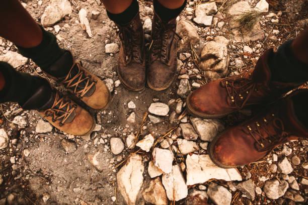 Caminantes en camino pedregoso con botas trekking - foto de stock
