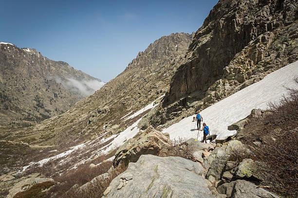 randonneurs de sillonner la neige près du lac de melo en corse - randonnée corse photos et images de collection