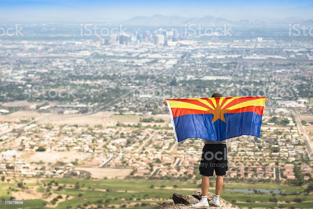 Caminhadas contra o panorama do horizonte da cidade de Phoenix - foto de acervo
