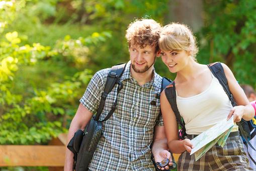 하이킹 백패킹 커플입니다 독서모드 지도 여행 걷기에 대한 스톡 사진 및 기타 이미지