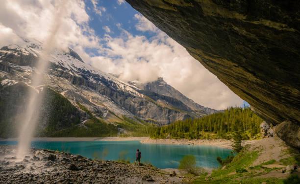 Unter einem Wasserfall in den Schweizer Alpen Wandern – Foto