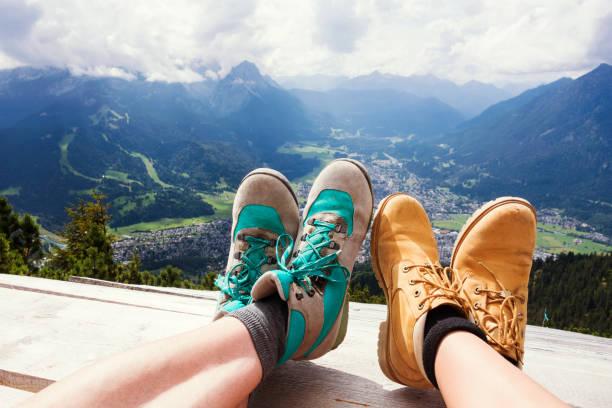 wanderschuhe vor einen panoramablick entspannen - berge in bayern stock-fotos und bilder
