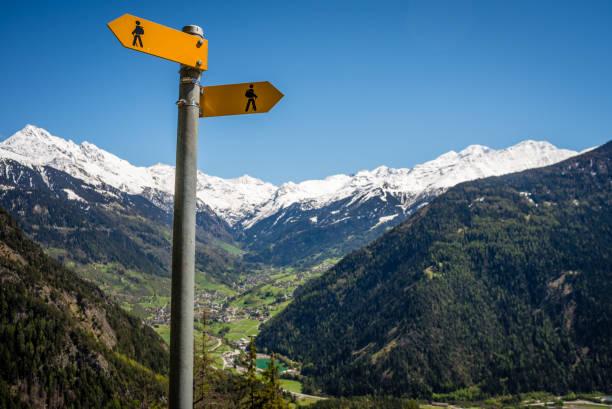 wanderland schweiz zeichen - kanton schweiz stock-fotos und bilder