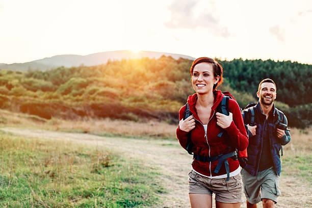 excursionismo en la montaña - excursionismo fotografías e imágenes de stock