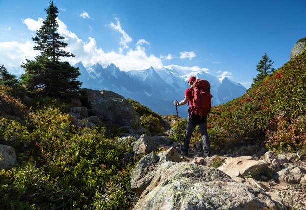 senderismo en las montañas - excursionismo fotografías e imágenes de stock
