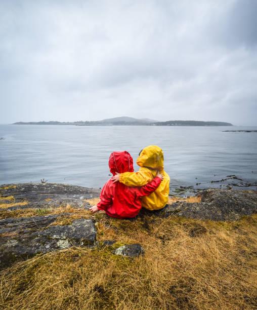 Wandern Kinder umarmen im Regen – Foto