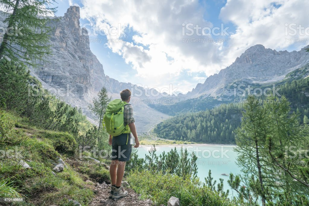 Wandern Mann erwägt Alpensee in Italien - Lizenzfrei Alpen Stock-Foto