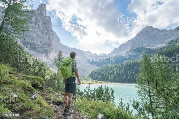 Wandern Mann Erwägt Alpensee In Italien Stockfoto und mehr Bilder von Alpen