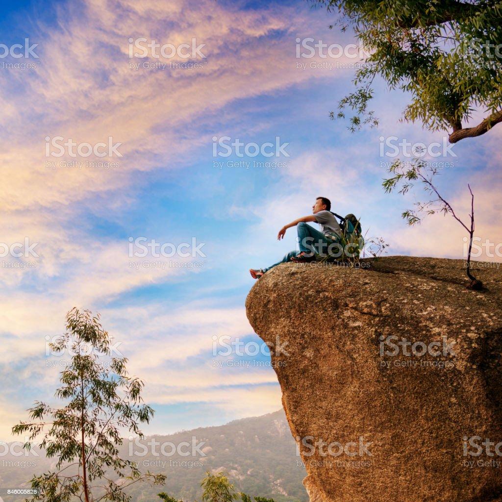 Wandern Mann auf Felsen sitzend genießen Sie den Blick Lizenzfreies stock-foto
