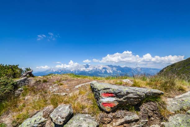 Wandern Mark rot weiss rot auf Felsen und Berge Dachstein – Foto