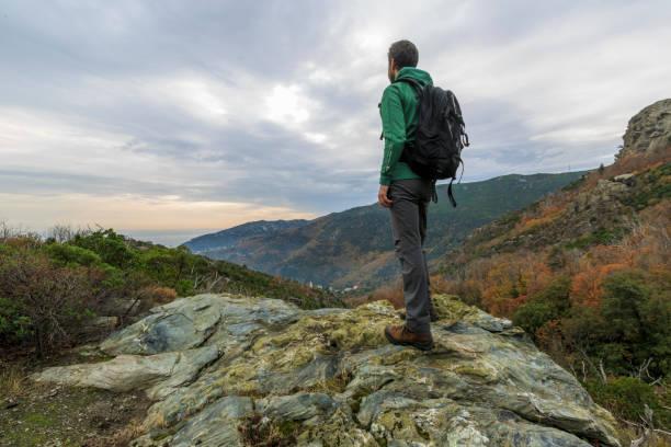 randonnée sur l'île de corse en france à l'automne - randonnée corse photos et images de collection