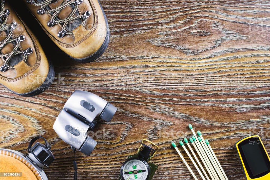 Wandern oder Reiseausrüstung mit Stiefel, Kompass, Fernglas, entspricht auf hölzernen Hintergrund. Active Lifestyle-Konzept - Lizenzfrei Abenteuer Stock-Foto
