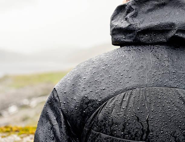 ハイキング: 雨から保護 - ダウンジャケット ストックフォトと画像