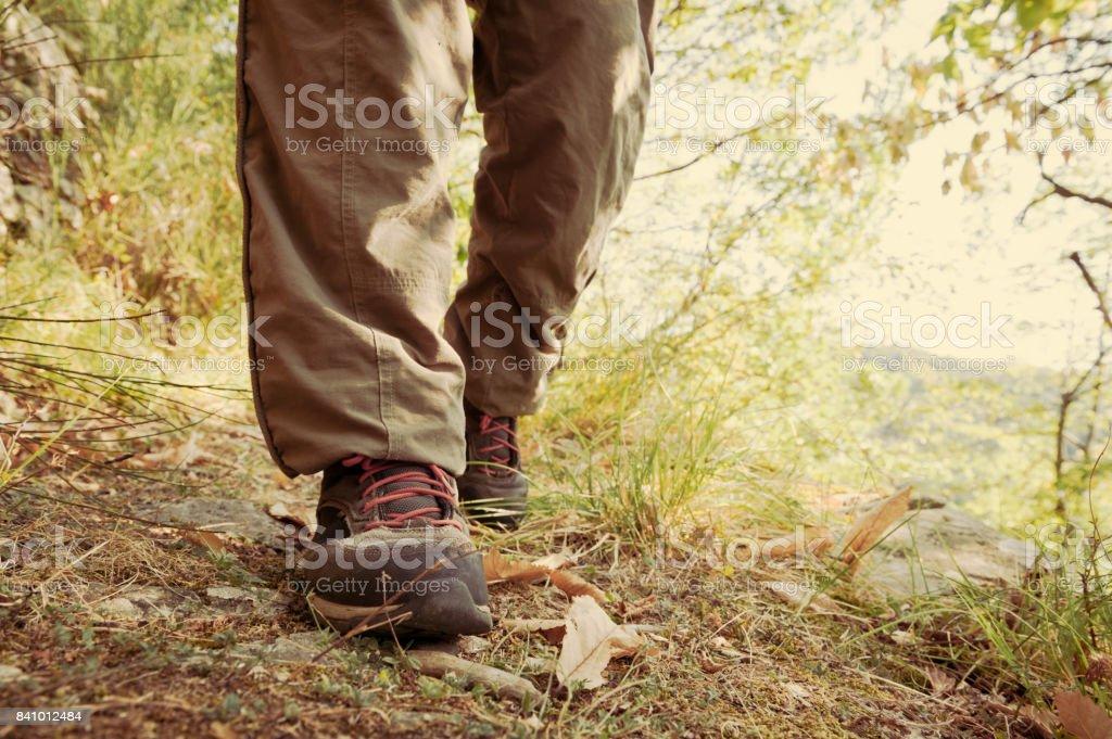 Wanderschuhe Mit Roten Schnursenkeln Und Beine Lange Braune Hosen