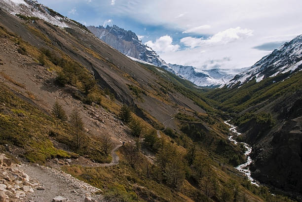 Hiking through mountain pass to camp Chileno, torres del Paine​​​ foto