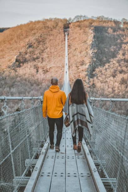 徒步前往更大的目的地 - 異性情侶 個照片及圖片檔