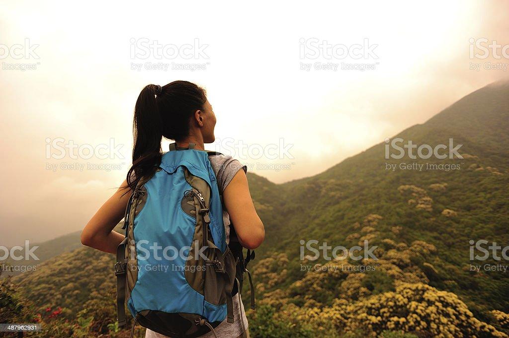 Wandern Frau stand am Berggipfel – Foto