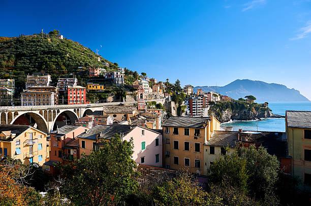 hillside houses of genoa - pont gênes photos et images de collection