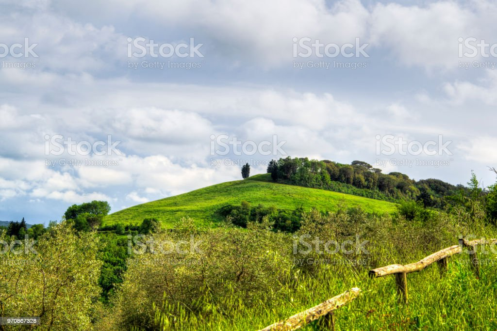 hügelige ländliche Berglandschaft in der italienischen Toskana – Foto