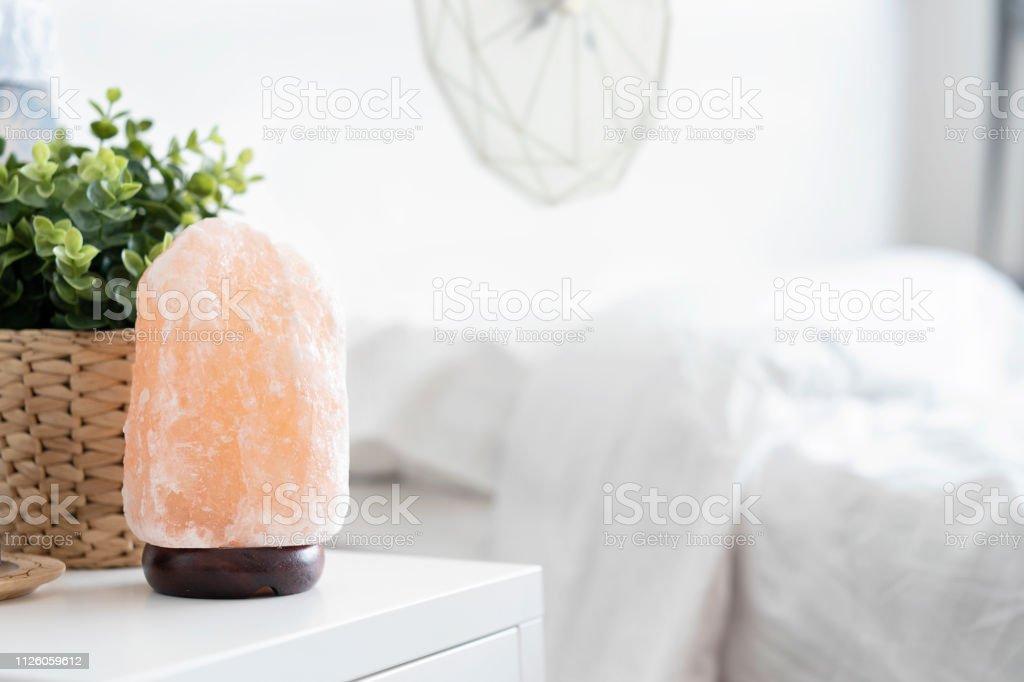 Himalaya Rosa Salzkristalle Lampe Auf Dem Tisch Im ...