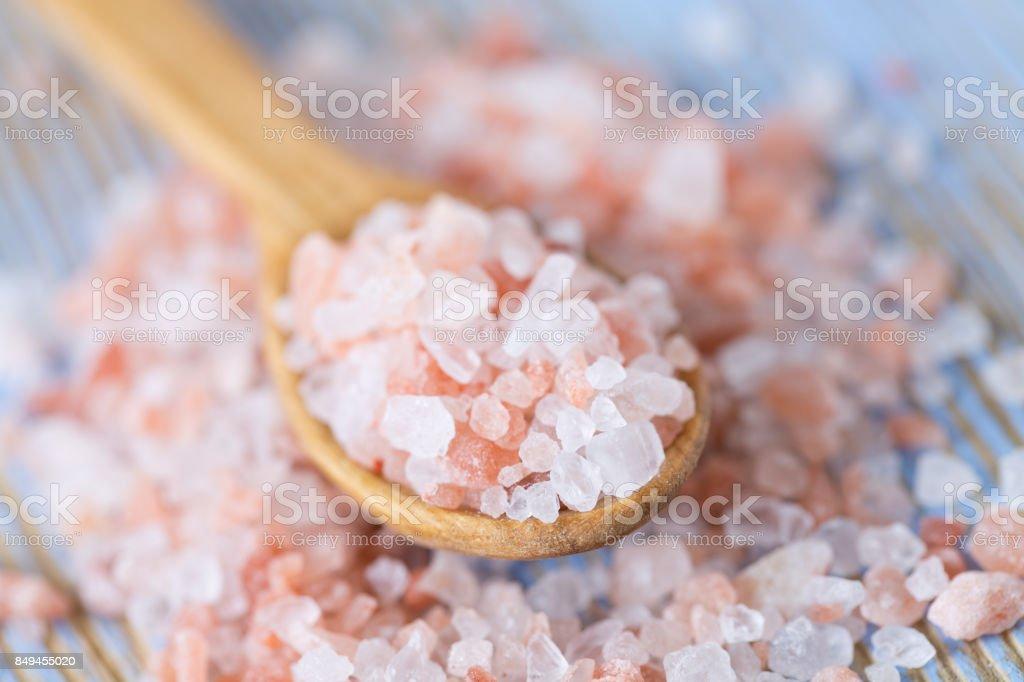 Himalaya-Salz auf Holz Oberfläche-pink – Foto