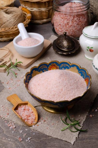himalaya roze zout - zout smaakstof stockfoto's en -beelden