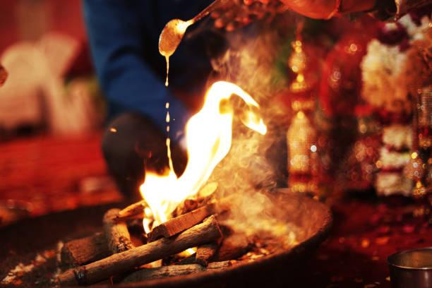 mariage hindou hawan, fere sat - cérémonie photos et images de collection