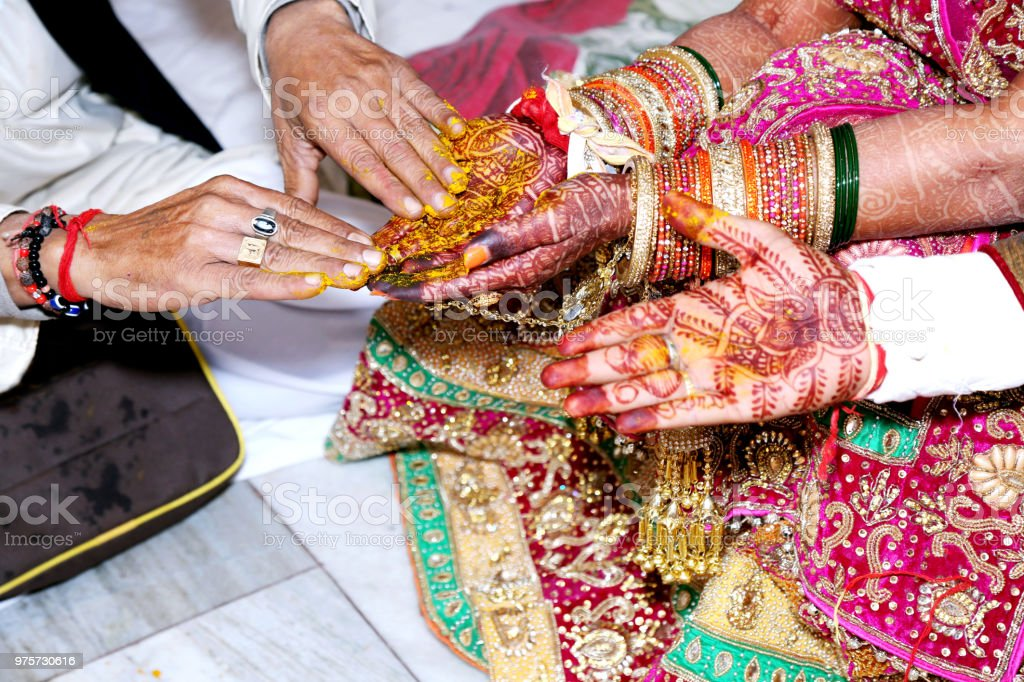 Hinduistische Rituale Haldi auf Braut Hände Havan Einflussbereiche - Lizenzfrei Braut Stock-Foto