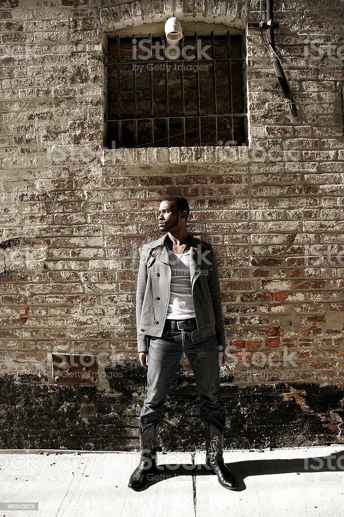 Moda giovane uomo in ambiente urbano foto stock royalty-free