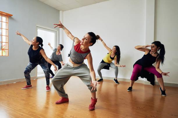 Hiphop dancers having training picture id827891858?b=1&k=6&m=827891858&s=612x612&w=0&h=dlrx5420knhdlq2 d8gavhthg ybrxzugwh7zfxzjxa=