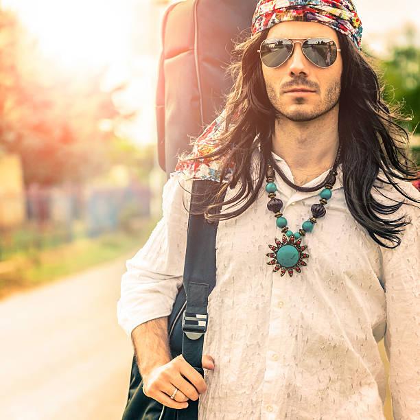 hippie kostenlose männer auf der straße - hippie stock-fotos und bilder