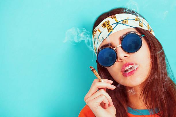 hippie-mädchen porträt raucher- und mit sonnenbrille - hippie stirnbänder stock-fotos und bilder