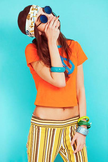 hippie-mädchen porträt, ohne mit sonnenbrille und rauchen - hippie stirnbänder stock-fotos und bilder