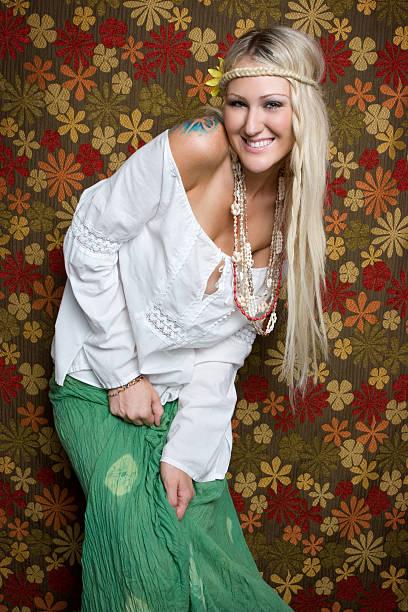 hippie-mädchen lächeln - hippie kostüm damen stock-fotos und bilder