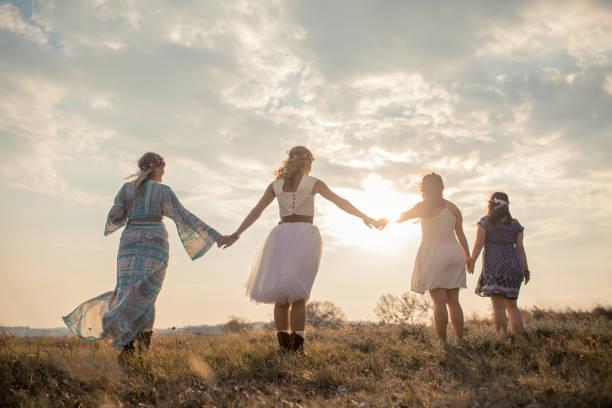 hippie girls having good fun time outdoors. - kult stock-fotos und bilder