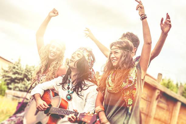 Hippie-Gruppe spielt Gitarre und Tanzen zusammen – Foto