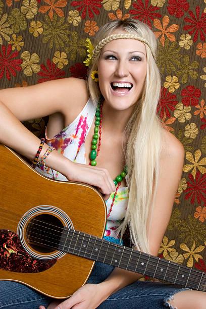 hippie-gitarre mädchen - hippie kostüm damen stock-fotos und bilder
