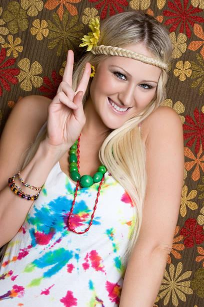 hippie mit peace-zeichen - hippie kostüm damen stock-fotos und bilder