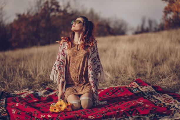 hippie-frau liebt die natur - hippie kleider stock-fotos und bilder