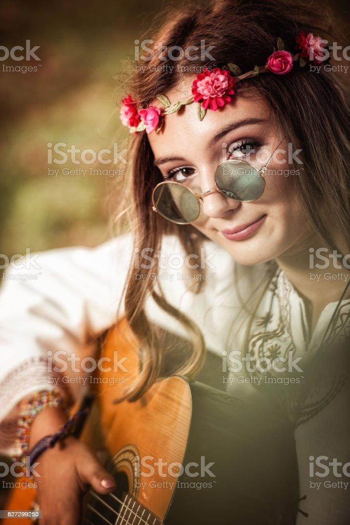 Hippie kvinna - Royaltyfri Akustisk musik Bildbanksbilder