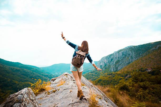 mujer hippie pasea por la montaña - excursionismo fotografías e imágenes de stock