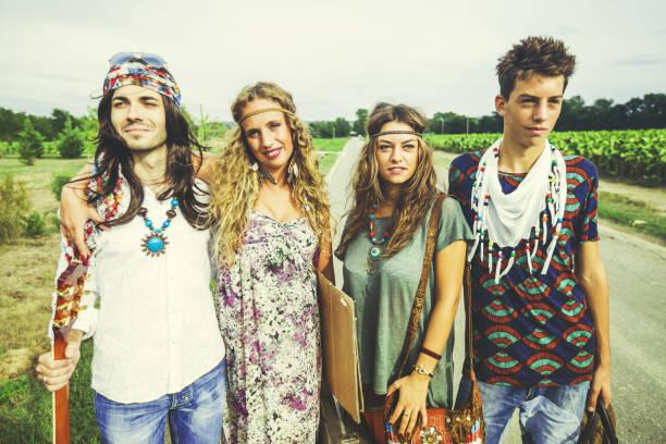 hippies: old fashioned gruppe von freunden - hippie kleider stock-fotos und bilder