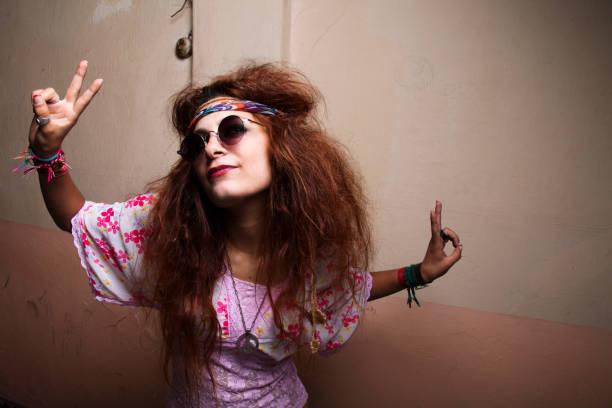 hippie-victory - hippie kostüm damen stock-fotos und bilder