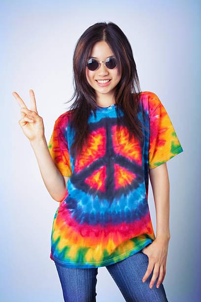 Hippie-Mädchen mit Knüpfbatik & Peace-Zeichen – Foto