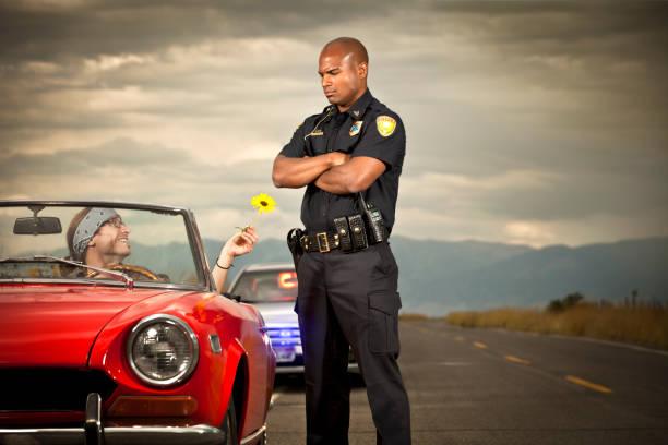 hippy transferir flor a un agente de policía - feliz dia del policia fotografías e imágenes de stock