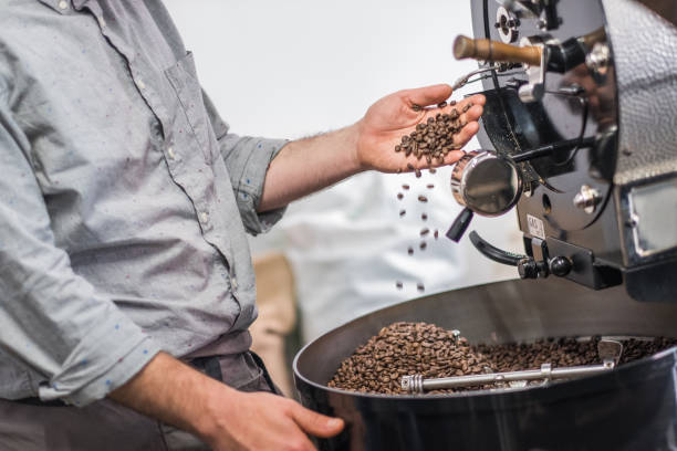 Hipster Barista Roasting Raw Coffee Beans – Foto