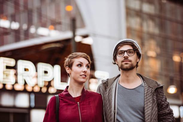 hipster-paar in alexanderplatz - berlin mitte stock-fotos und bilder
