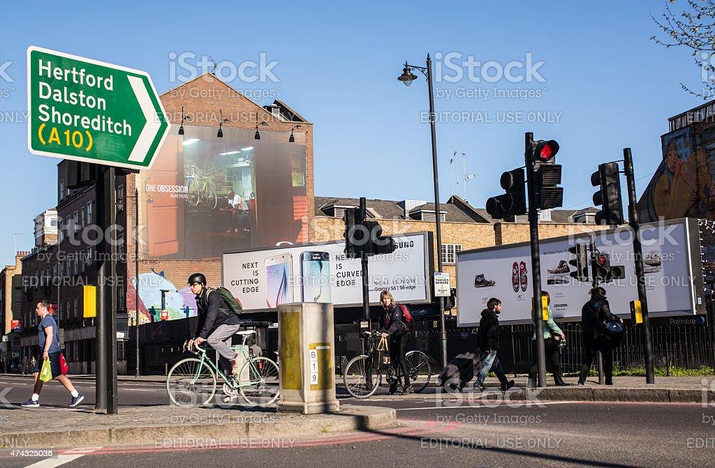 Hipster ciclistas de atravessar a rua em um cruzamento movimentado - foto de acervo