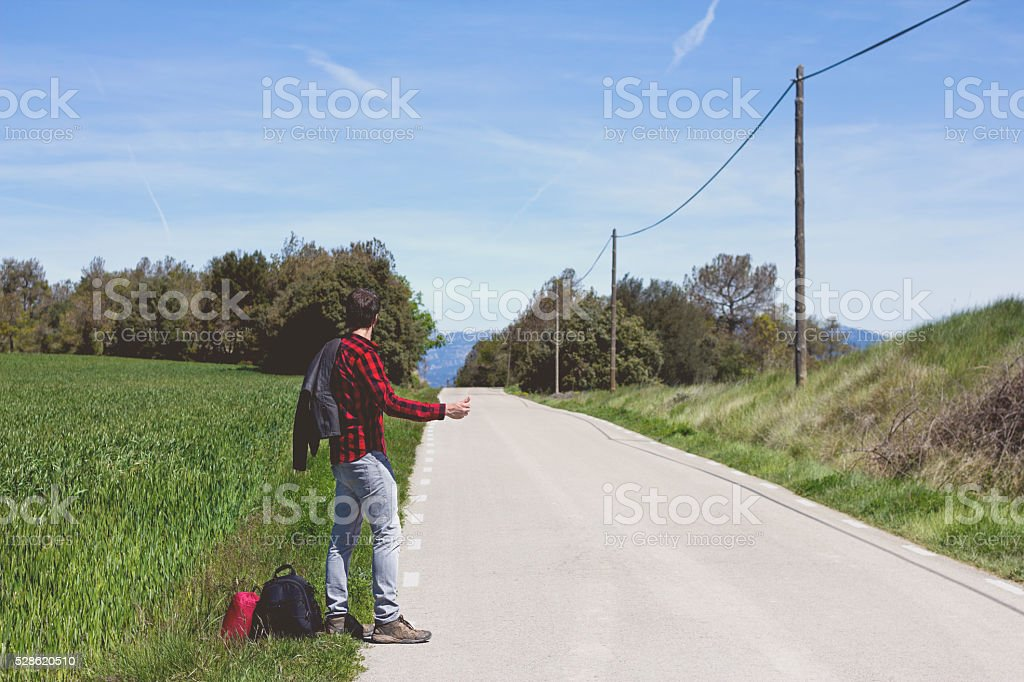 hipster hacer autostop - foto de stock