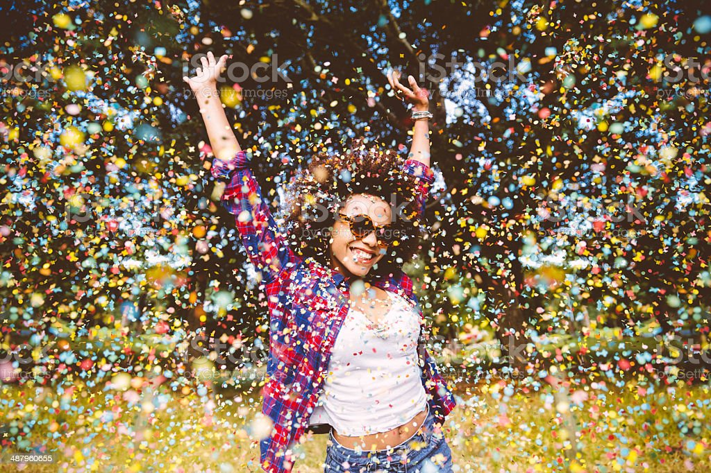 Hipster appréciant confetti - Photo de Adulte libre de droits